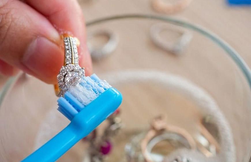 Consejos para limpiar tus joyas de oro y de plata